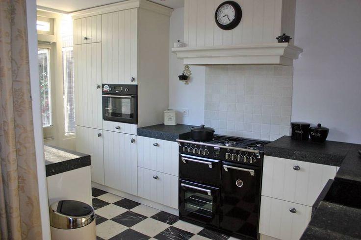 Een landelijke keuken met typische keukendeurtjes en fronten een van de grote favorieten onder - Redo keuken houten ...