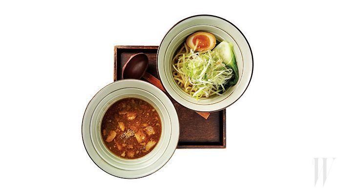STYLE.COM - 일본 라멘 5대 천왕 .. 멘야산다이메 .. 멘야산다이메에선 일본 라멘의 다채로운 변주를 기대해도 좋다. 정통 돈코츠라멘 외에, 칼칼한 맛이 당기는 날에는 가라구치 라멘을, 느끼하지 않고 시원한 국물을 들이켜고 싶다면 돈코츠 수프와 어패류 수프를 섞어 만든 더블 수프로 육수를 만든 블랙 라멘을, 뜨거운 여름날이면 차갑고 가볍게 즐기는 히야시 탄탄멘을 맛볼 수 있기 때문이다. 특히 더블 수프에 볶은 양파와 다진 차슈를 넣어 만든 국물에 일반 라멘보다 더욱 쫄깃한 굵은 면을 찍어 먹는 츠케멘은 멘야산다이메가 아니고선 쉽게 맛볼 수 없으니 반드시 사수할 것. 서울 마포구 서교동 355-25