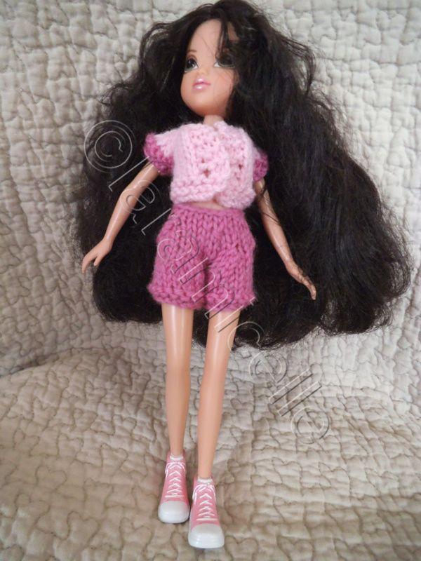 je ne connaissais pas ces poupées, les MOXIE , mais je les trouve mignonnes et agréables à habiller; bien sûr cette tenue n'a rien à voir avec ma princesse barbie, mais ce sont ses chaussures qui ont décidé du style de vêtements matériel laine à tricoter...