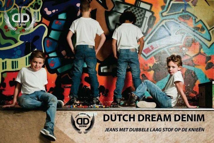 Spijkerbroeken van het merk Dutch Dream Denim. De spijkerbroeken zien er stoer uit en zijn gemaakt met het spelende kind in gedachten. De spijkerbroeken zijn op de knieen voorzien van een fdubbele laag stof waardoor ze langer meegaan dan normaal. De prijzen zijn ook goed maat 98 t/m 122 kosten € 24,95 en maat 128 t/m 152 € 26,95   lot en Lynn Lifestyle  http://www.lotenlynn.nl/