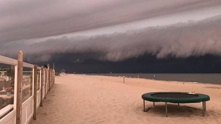 De golf nam honderden strandbedjes en windschermen mee. Het gaat om een zeldzaam soort vloedgolf, waarschijnlijk ontstaan door een hogedrukgebied boven de zee.