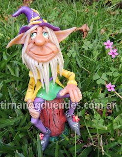 Fany en tronco  www.tirnanogduendes.com.ar Duende naif y colorido sentado sobre tronco realizado en porcelana fría.  Detalles de flores, costuras y botones.
