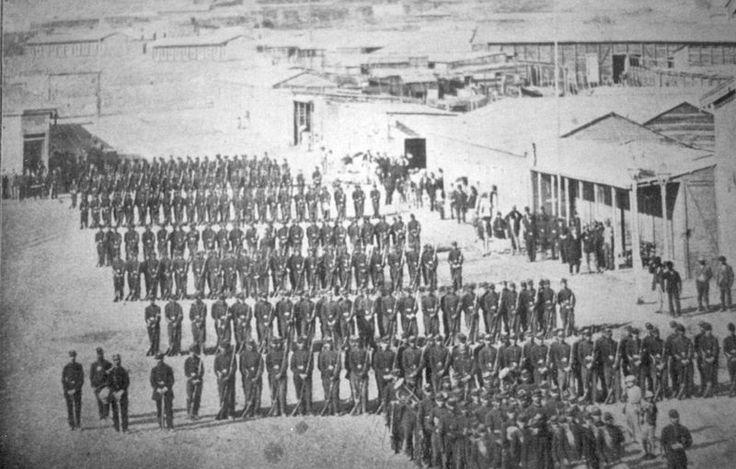Chile, Antofagasta. Tropas del ejército chileno, formadas en columnas en la Plaza Colón de la ciudad de Antofagasta, en febrero de 1879.