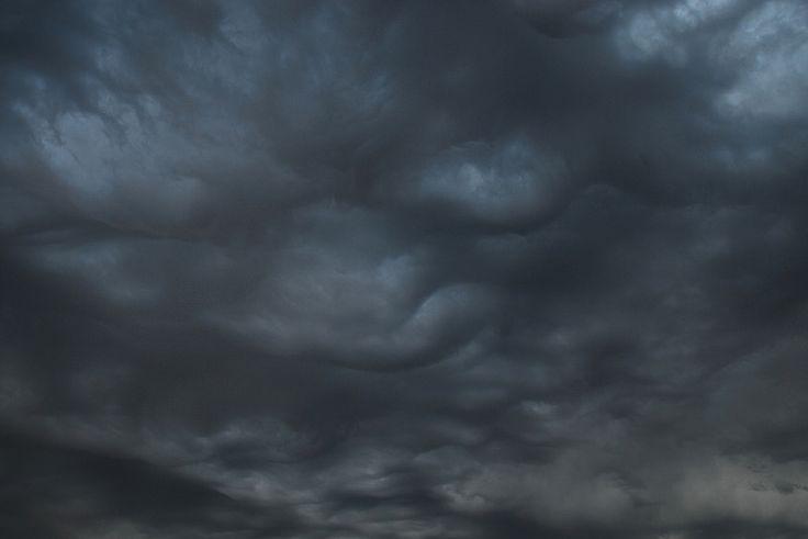 C'est l'orage Les nuages s'ammoncellent dans le ciel