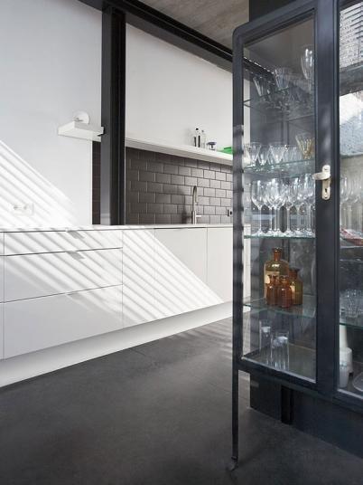 Černá betonová podlaha Nuvolato jako designový prvek v interiéru. / Black concrete floor Nuvolato as an interior design element. ¨ http://www.bocapraha.cz/en/article/50/concrete-in-modern-interior-colorful-and-wonderful/