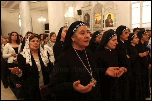 Fieles ortodoxos rezan durante una misa celebrada en la Iglesia Ortodoxa Siria el domingo 19 de abril de 2009 en Damasco, Siria, para celebrar la Pascua según el calendario ortodoxo. Los cristianos ortodoxos celebran Pascua varias semanas después de las celebraciones de otras denominaciones cristianas. Los cristianos representan cerca del 12 por ciento de los 20 millones de habitantes, de mayoría sunita de Siria. (AP foto / Bassem Tellawi). (Bassem Tellawi, ASSOCIATED PRESS)
