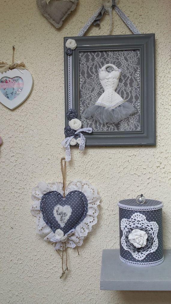 cadre décoratif avec sont jolie corset, buste en céramique.