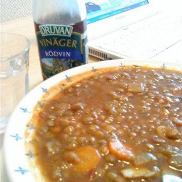 Grekisk linssoppa är lättlagad, god och mättande. Det här receptet och bilden kommer från Andreas Papagianns blogg.