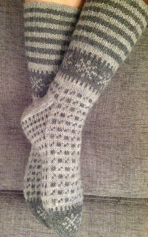 Det har etterhvert blitt mange sokker i bloggen min. I dette innlegget kommer noen nye, men også ett par som har lurt seg unna bloggen min h...