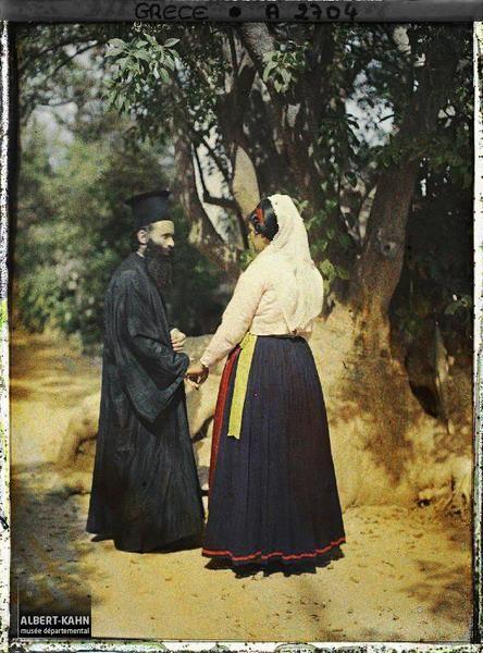 Grèce, Corfou, Le Papas de Kouramades près de Corfou et sa femme se donnant la main Légende Un pope et sa femme en habits traditionnels Lieu ancien Corfou, Grèce Date de prise de vue 3 octobre 1913 Opérateur Auguste Léon
