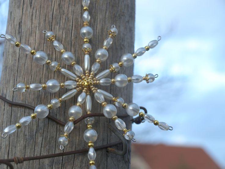 Beaded Snowflake  Korálková vločka dvojitá bílo zlatá Vánoční hvězdička z korálků a perliček, broušených korálků na pevné drátěné konstrukci , velikost 15 cm v barvách , ledová , křišťálová bílá a zlatá Hvězdička je dvojitá , 12 paprsků, je na ní spousta korálků i komponentů, proto je cena vyšší