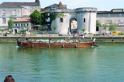 A konyak hazája - Az igazi csak és kizárólag Franciaországban készül. Ott sem mindegy, hol. Csak az a konyak valódi, amelyet Charente és Charente Maritime megyékben készítenek. Látogassunk hát el ide, és tegyünk egy virtuális sétát Franciaország eme gyönyörű vidékén. Olvass tovább: http://www.stylemagazin.hu/hir/a-konyak-hazaja/1310/