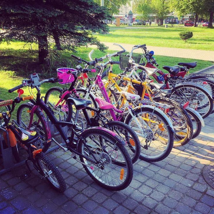 """Tłoczno na naszym """"rowerowym"""" parkingu. Znak że w końcu przyszła wiosna!  #encek #kulturaKRK #nowahuta #nadwóchkółkach #rower #wiosna #parking #bike #spring"""