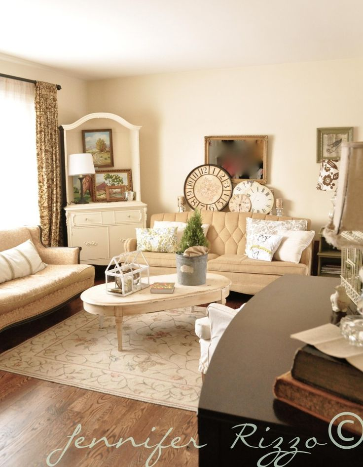 Jennifer Rizzo's llving room with all-season decor