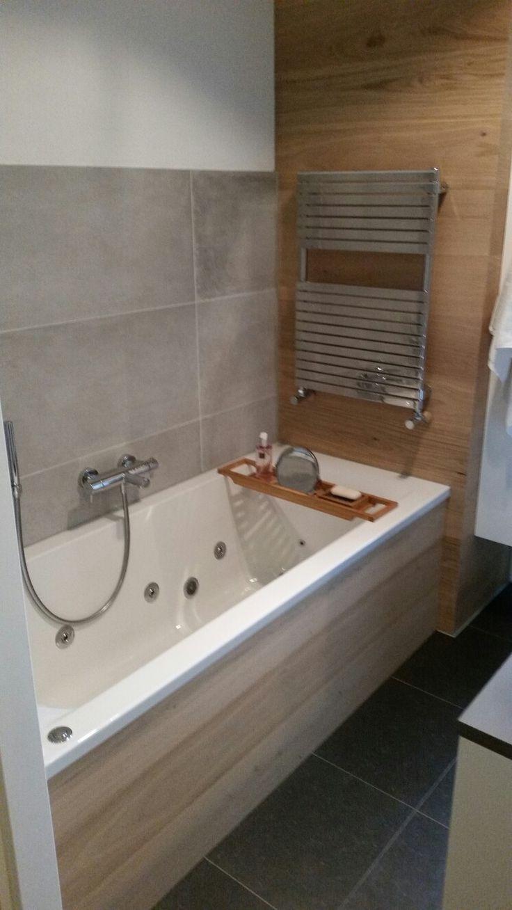 Badkamer  Zacht grijs in combinatie met houten wand