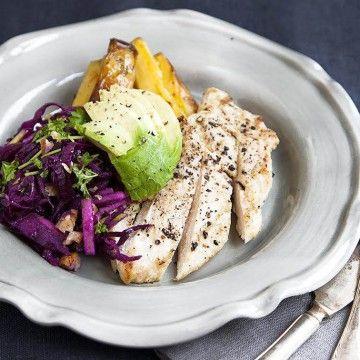 Stekt kyckling med rödkålssallad med valnötter och äpplen - Recept - Tasteline.com