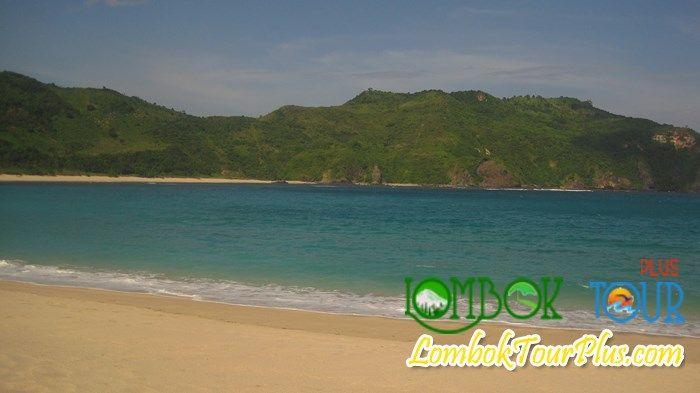 mengunjungi pantai mawun yang mengundang decak kagum, membuat para wisatawan selalu mengingat pantai mawun ini