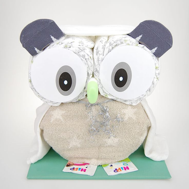 Die mit viel Liebe zum Detail aus 35 nützlichen Produkten für Mutter und Kind mit BIO Windeln gefertigte Windeltorte wird mitsamt einer stilvollen Grußkarte in einer hübschen Geschenkverpackung versendet.Lillydoo BIO Windeln Gr 3 (4-9 Kilo) 28 Stk.Babysocken mit süßen Motiv 1 PaarHiPP Babysanft Milk-Lotion (50ml) ODER HiPP Babysanft Waschgel (50ml) 1 Stk.Babylätzchen in hochwertiger qualität der Fa. Framsohn Frottier 1 Stk.Mullwindel weiß - 70 x 70 cm - 100% Baumwolle 1 Stk.Dankeskärtchen…