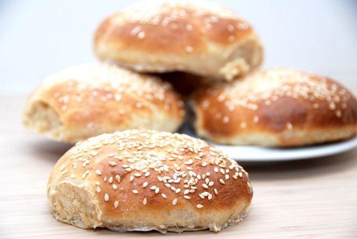 Sådan ser nemme burgerboller ud. Lige klar til en god bøf, lidt salat og noget ketchup. Foto: Guffeliguf.dk.