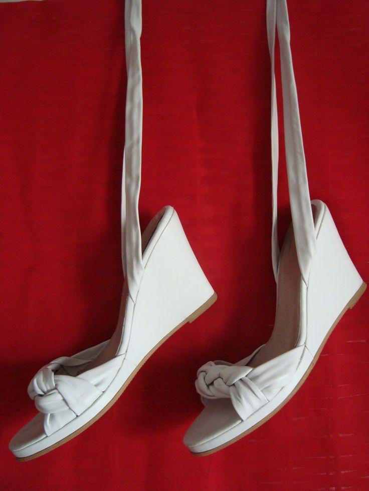 Sandalias FEBO $400 Nro 37 Color: Blanco 100% Cuero Alto del taco: 9.5 cm Con tiras para atar al tobillo o pantorrilla. Más fotos: on.fb.me/16m4lNJ