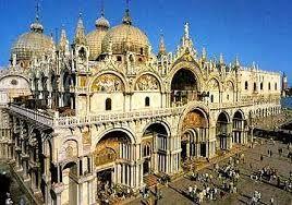 Voici la Basilique Cathédrale Saint-Marc. Elle est la plus importante basilique de Venise. Elle fut construite en 828, mais reconstruite après l'incendie qui ravagea le palais ducal en 976. La basilique est située sur la place Saint-Marc, dans le quartier de San Marco. Saint-Marc est une église à coupoles  qui suit le modèle des édifices byzantins : elle forme un plan en croix grecque.