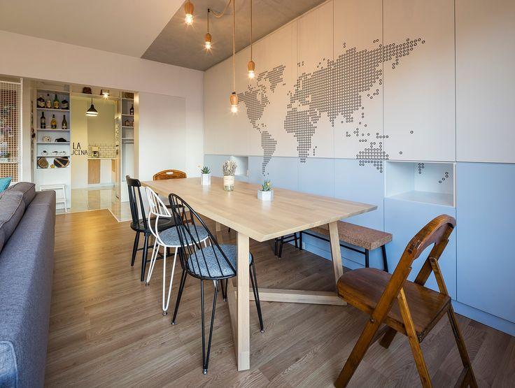 Le duo derrière COA Mimarlik a conçu cet appartement pour un couple de jeunes mariés qui vivent à Istanbul, en Turquie. En entrant dans l'appartement, on découvre le salon et la salle à manger sur la gauche et la cuisine sur la droite. Plus loin dans le couloir, se situent la salle de bains et les deux chambres.  Le salon et la salle à manger partagent le même espace. Un petit espace avec banquette a été créé devant la fenêtre pour se relaxer, bouquiner et apprécier les vues sur la…