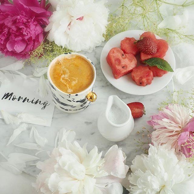 Kto późno wstaje ten być może piekł  chleb do trzeciej w nocy 😂 Chlebek gryczany bezglutenowy wyszedł rewelacyjny... ale poranek trochę się przesunął 😉 tak czy owak czas na kawę ☕️ Miłego dnia Kochani 🌿  .  .  .  .  .  .  .  .  #szczyptasmaq#coffeeholic#coffeelover#peonies#myhome#morningstories#fitfood#flatlay#mylifestyle#mysimplelife#coffeetime#coffeeoftheday#kawa