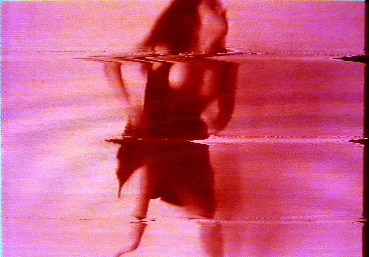 """Pipilotti Rist - """"I'm not the girl who misses much"""" (1986) video propsto con una musica rock spingendo le strategie ripetitive del pop e le rappresentazioni di donne fino all'assurdo. L'artista canta all'infinito il titolo e la voce è modificata tramite l'accelerazione o il rallentamento eccessivo, mentre l'immagine viene deformata con disturbo zigzagante. Video: https://www.youtube.com/watch?v=TJgiSyCr6BY"""