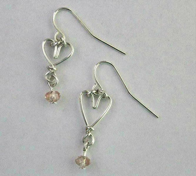 Hear Shaped Wire Wrapped Earrings | These wire wrapped earrings are perfect for the upcoming Valentine's Day! The cute little wire wrapped hearts make for a delicate but adorable jewelry pattern!