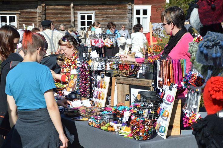 Syysmarkkinoille kerääntyy useita kymmenia myyjiä. Luuppi, Oulu (Finland)