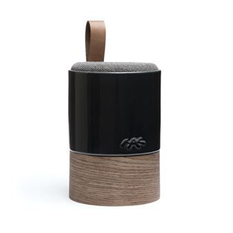 Njut av tonerna till din favoritmusik med Fugato högtalare från danska Kähler, konstruerad i samarbete med det danska hifi-företaget System Audio och tillverkad i glaserad keramik, trä, läder. Fugato sätter en personlig touch på din inredning och blir mer än bara en vanlig högtalare. Denna lilla smidiga variant är tillverkad av högsta kvalitet med mycket bra ljudkvalitet förpackad i en modern design där olika material interagerar med varandra på ett smakfullt sätt. Låt den trådlösa Fugato…
