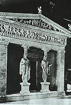 """Siphninans skatt, 530-525 f.v.t. , Apolloreservatet.  Till för att husera med offergåvor, litet men lyxigt. Byggt med karyatider istället för vanliga kolonner. Ett etablement enligt jonisk ordning, en fortsatt graverad fris, rikligt graverad gesims. Frisen visar scener ur """"Striden mellangudar och titaner""""."""
