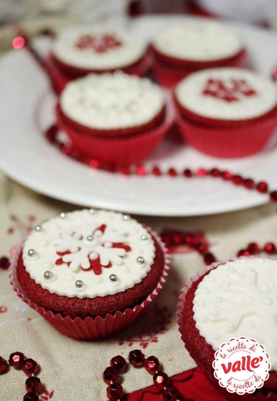 Soffici cupcakes dal gusto semplice e profumato con i colori del Natale, così eleganti che è quasi un dispiacere mangiarli!