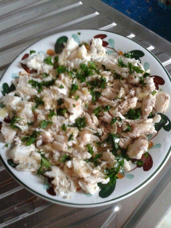 Bollito di mazzola, sogliola e pesce bianco da brodo, condito con aglio, prezzemolo, limone, pepe e olio