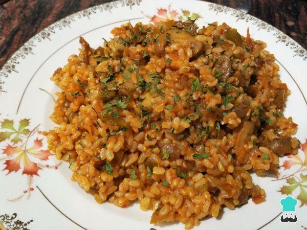 Aprende a preparar arroz integral con champiñones con esta rica y fácil receta. Si quieres comer algo delicioso y con menos calorías que un carbohidrato normal prueb...