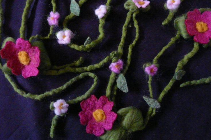 Drei Blumengirlande mit trocken und naß gefilzten Blüten.   Die Fee gehört nicht zum Set. Sie würde sich auf 12.00 Euro belaufen.  - Die lange Girlande besteht aus zwei naßgefilzten Schnüren...