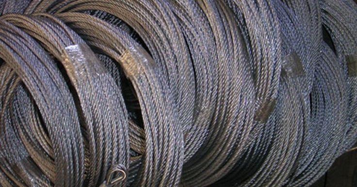 Cómo empalmar cables de acero. Un cable de acero se compone de varios alambres de acero colocados lado a lado y luego se unen. Los alambres se unen por torsión o por un trenzado entre ellos hasta que se forma una sola hebra de espesor. Los cables individuales son todavía visibles, pero el cable recién formado es capaz de sostener más peso y tensión que los alambres ...