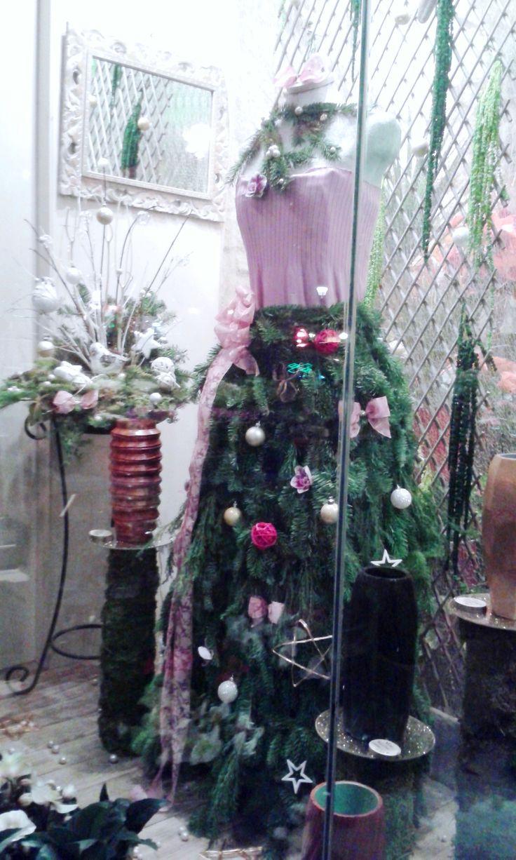 vitrine noël 2015 longue jupe de sapin avec leds intégrés fleurs naturelles et décorations