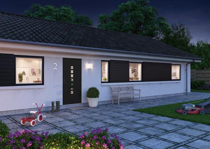Den sorte dør matcher træbeklædningen ved vinduerne i denne renoverede 70'er villa., her er valgt model Character Dots. Find din egen stil på vores Designværktøj: http://www.swedoor.dk/inspiration/designvaerktoej