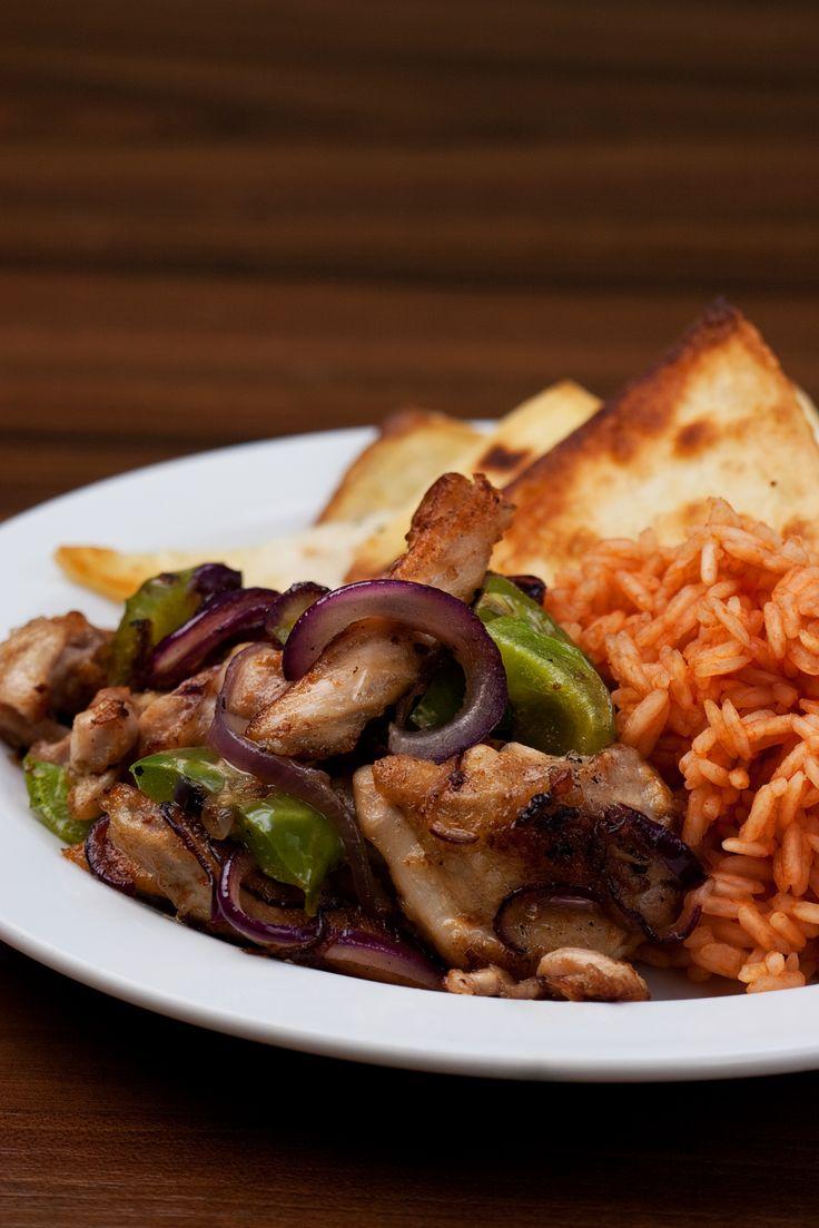 Kuřecí fajitas s cibulkou a zelenou paprikou, pšeničná tortilla, tomatová rýže