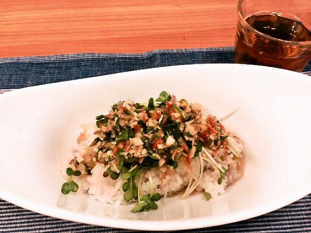 【簡単エスニックレシピ】材料切って混ぜるだけ! なのにひと手間かけてるように見えちゃう「アジアンハーブご飯」