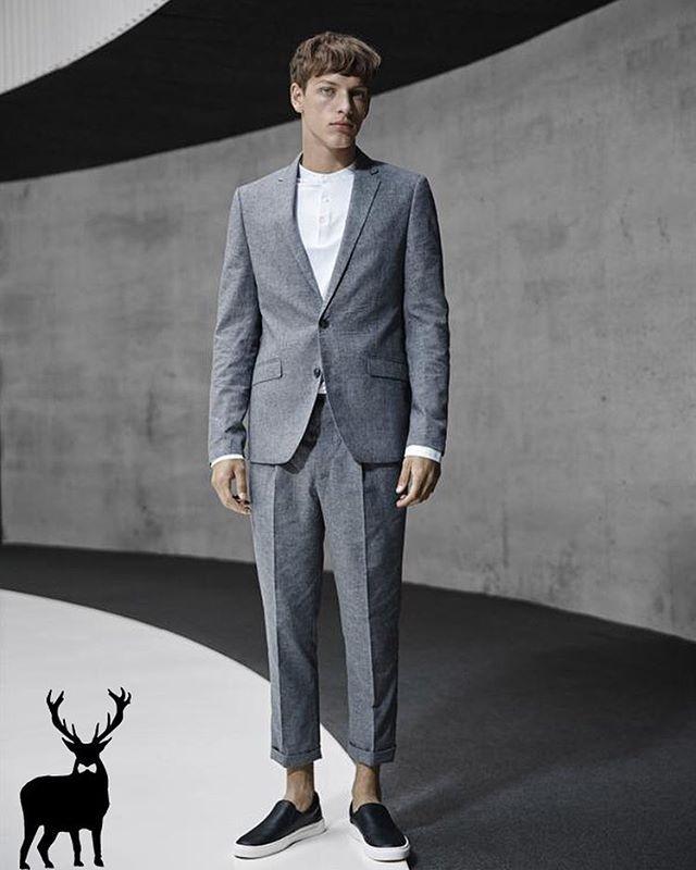 "Matcha kostymen med ett par sneakers för en mer ""casual-look""! #stylivery #herrmode #herrkläder #kavaj #suit #mensfashion #menswear"