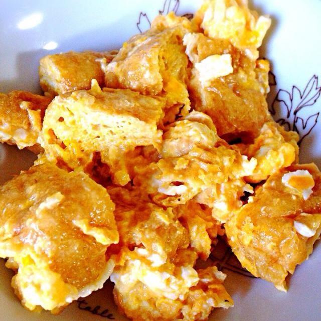 昨日焼いた鹿肉から取れた脂で卵とチーズをソテー。 分厚い油揚げがあったので、しっかり油抜きして加えました。  平飼い卵は美味しい。 - 5件のもぐもぐ - 油揚げと卵、チーズ。鹿肉の脂で。 by chyoko16
