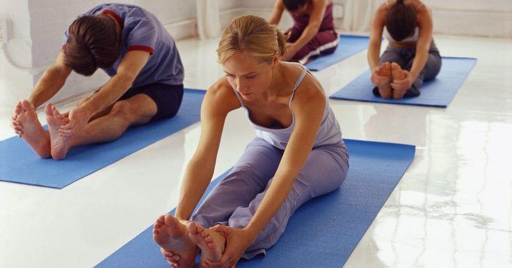 """Los 10 mejores ejercicios de yoga para aliviar el dolor de cadera. El yoga cuenta con ejercicios excelentes para reducir el dolor de cadera. Existen muchas posiciones de yoga o """"asanas"""" que estiran y abren las caderas. Estas 10 posiciones van desde el nivel de dificultad básico hasta el intermedio y son viables para casi todas las personas. Puedes intentar practicarlas en casa cuando sientas dolor."""