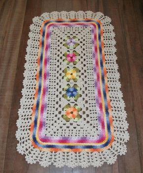 Lindo tapete de crochê retangular em barbante 8 na cor cru. No centro flores em barbante barroco de diversas cores. Deixe sua casa linda com este tapete especial. Tamanho aproximado 92x 52 cm.