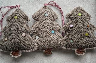 Christmas trees - original pattern in English on Crochet Today: http://www.crochettoday.com/crochet-patterns/tree-garland