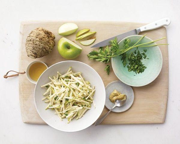 салат из яблок и сельдерея Корень сельдерея — 350 г Яблоки ( кислых сортов) — 250 г Морковь — 150 г Апельсины — ½ шт. Сметана 15% — 3 ст. лож.  Очистить сельдерей, морковь и яблоки, все натереть на крупной терке. Дольки апельсина очистить и разделить на сегменты. Все составляющие смешать и заправить сметаной. Такой салат при диете сможет стать вашим питанием на день. Он сытный и имеет мало калорий.