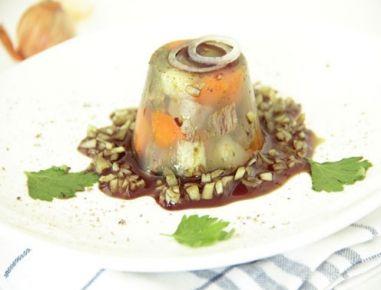Für die Sulz-Muffins das Gemüse waschen und schälen (Schalen aufheben) und beiseite stellen. Gemüseschalen, Schalotte, Rindfleisch, Wasser und
