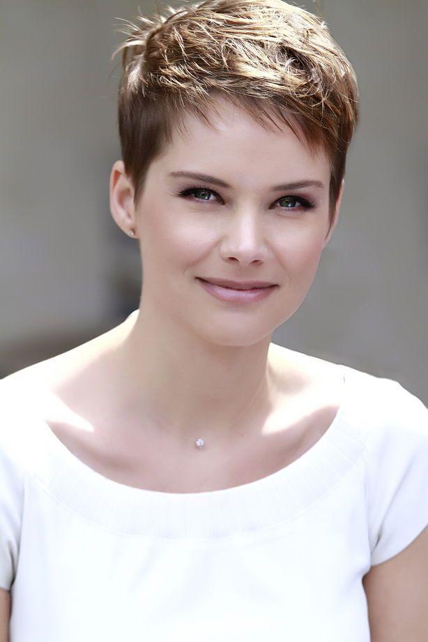 Andrea Osvart con i capelli corti