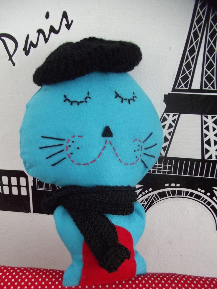 Um gato très chic!!  Petit-Gatô é confeccionado em feltro de forma TOTALMENTE ARTESANAL!  Da costura aos bordados, esse charmoso gatinho é todo feito à mão (incluindo cachecol e boina, feitos em crochê).  Pode ser confeccionado em outras cores. Consulte-nos.  Medidas: 31 X 21 cm